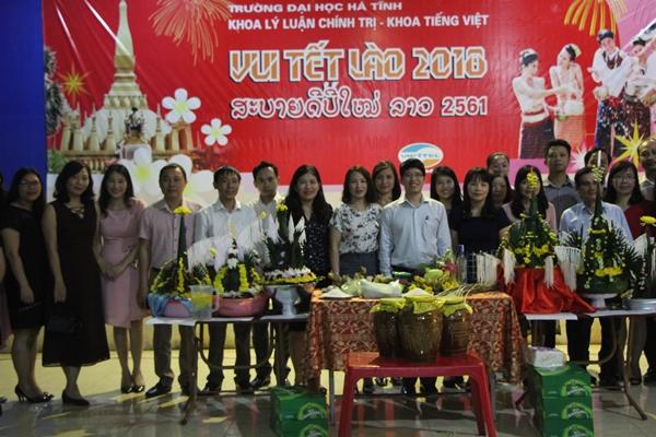 Thầy cô giáo và bạn bè Việt Nam, các em Lưu học sinh Lào