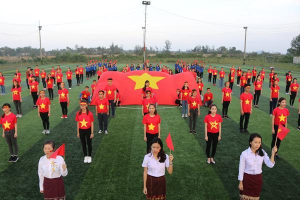 Gần 1000 sinh viên Trường Đại học Hà Tĩnh nhảy dân vũ, hát quốc ca và làm MV cổ vũ đội tuyển U23 Việt Nam trước trận chung kết